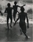 Henri Cartier-Bresson confesaba que esta fotografía de Martin Munkácsi fue la que le inspiró para hacerse fotógrafo.