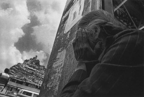 Madre de trabajadora costurera espera rescate frente al edificio donde se encontraban los talleres clandestinos de costura, San Antonio Abad, 8 de octubre © Marco Antonio Cruz