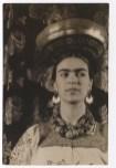 """Foto por Carl Van Vecthen. Frida Kahlo viste un """"huipil"""" tradicional a la manera de las mujeres tehuanas. Nueva York (1932)"""
