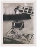 """Fotógrafo no identificado. Diego Rivera se dispone a pintar nuevamente su mural """"El hombre controlador del universo) a partir de una foto hecha por Lucienne Bloch."""