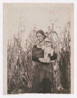 Foto por Guillermo Dávila. Frida Kahlo sostiene una escultura de Guillermo Dávila. Coyoacán (1930)