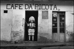 SPAIN. Galicia. Laza. 1985. El peliqueiro.