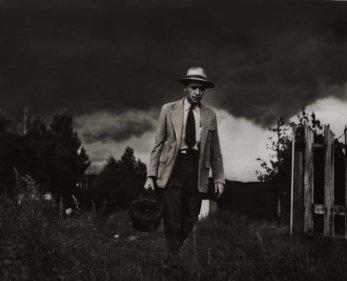 El Dr. Ernest Ceriano realiza una visita a domicilio a pie en Kremmling, Colo., 1948.