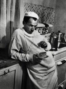 """Después de terminar una cirugía que duró hasta las dos de la madrugada, el doctor Ceriani está agotado en la cocina del hospital con una taza de café y un cigarrillo. """"Las enfermeras"""" -anotaba LIFE-, """"le pedían al médico que descansara y se relajara un poco, pero como sabían que era incapaz de hacerlo, al menos mantenían una cafetera siempre lista a cualquier hora del día."""""""