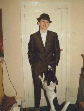 Jeune en moda londinense con un perro. Londres, 1980