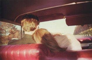 Kim y Mark en el coche rojo. Newton, Massachusetts, 1978
