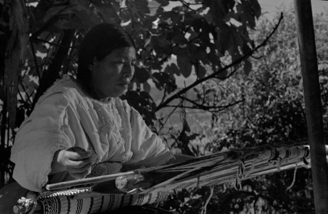 """Nacho López. """"Mujer tejiendo con telar de cintura."""" 1980"""