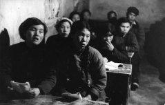 Province du Gansu. Ces paysans analphabètes se retrouvent le soir sur les bancs d'une école pour apprendre à lire.