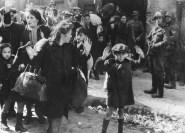 Mujeres y niños del Gueto de Varsovia, apresados por soldados nazi.
