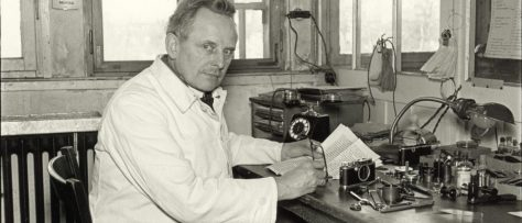 20_Julius-Huisgen-Oskar-Barnack-at-His-Workplace-in-the-Hausertor-Works-1934-©-Leica-Camera-AG_post-1600x800-1400x600