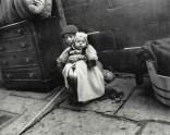 Preocupada por el bebé en Cherry Hill c1880-90s. Jacob Riis