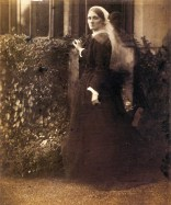Julia_Duckworth_in_Garden,_by_Julia_Margaret_Cameron