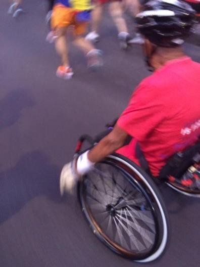Con el alma y hasta con silla de ruedas.