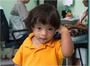 menino olha desconfiado para a foto