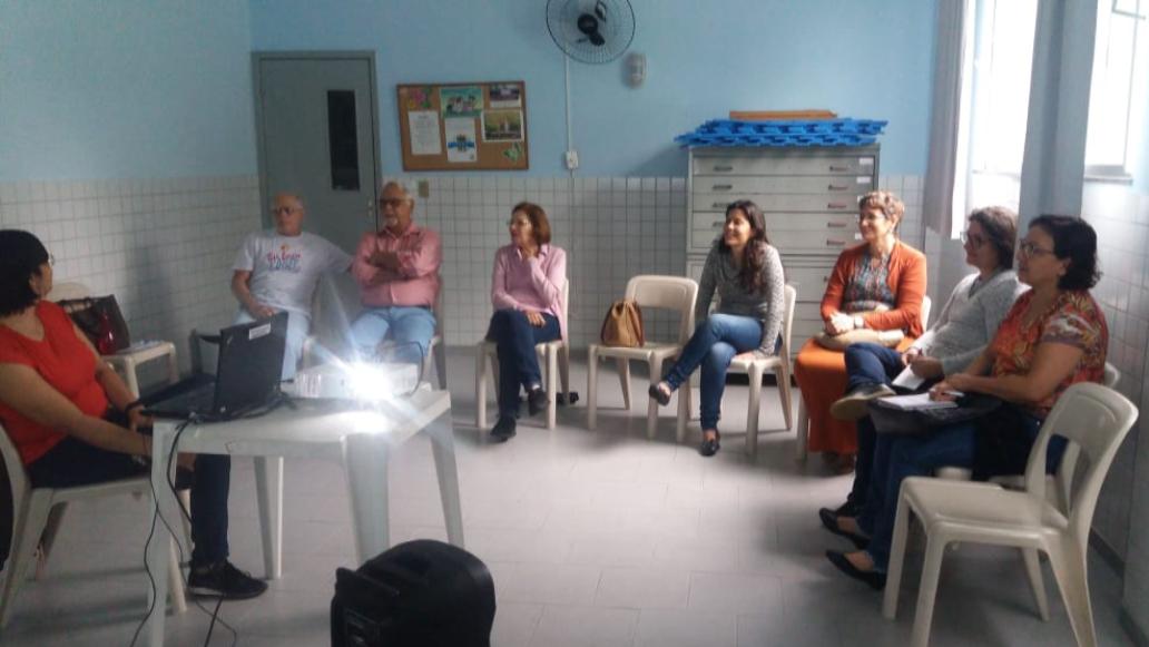 """Voluntários participando da palestra com a temática """"Autismo: tocando um novo mundo""""."""
