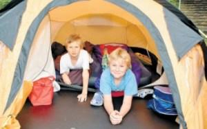 Lars Unterkötter (7) und Malte Mester (8) haben es sich in ihrem Zelt auf einer Luftmatratze bequem gemacht.