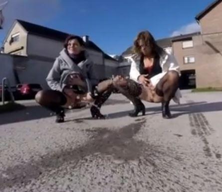 二人同時おしっこで尿線をクロスさせる貴重な動画