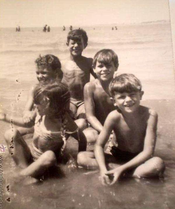 niños en la playa en los 60