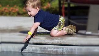 niño piscina en peligro