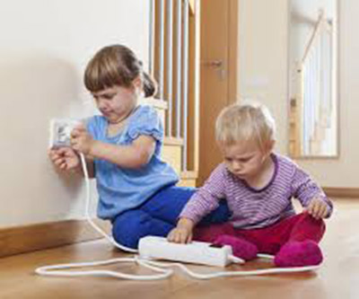 niños con enchufes-osinteresa.com