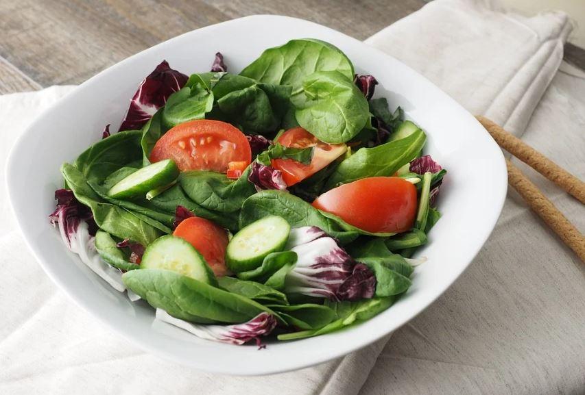 몸을 건강하게 해주는 토마토,오이,양상치 샐러드 음식