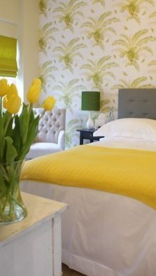 노란 튤립으로 침실을 인테리어 함.