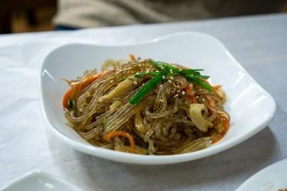 피망,버섯,당근,파프리카,소고기 등으로 만들어진 잡채 요리.