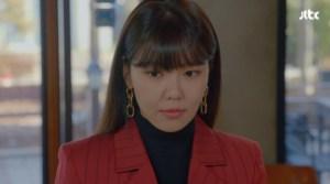 드라마 '런온'의 주연 배우 수영이 '타티아나주얼리 트리플 체인 드롭 이어링'을 착용한 모습이 보인다. 체인 세개가 연결된 형태의 볼드한 귀걸이가 특징이다.