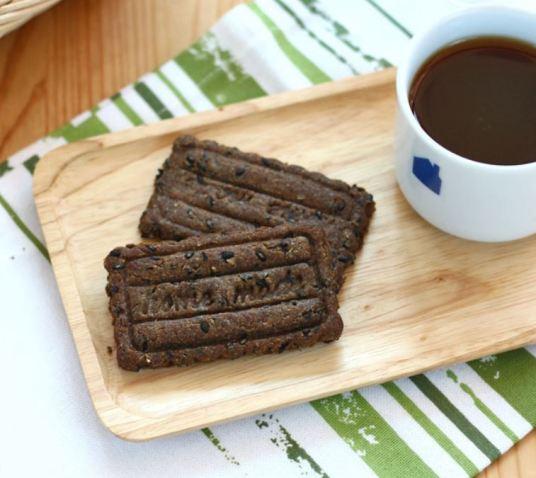 흑임자 가루를 넣은 건강한 쿠키.