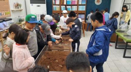 용인 곤충테마파크에서 곤충 체험을 하는 아이들.