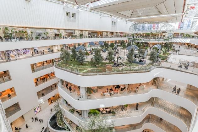 여의도 현대백화점 내부, 곡선형태의 인테리어