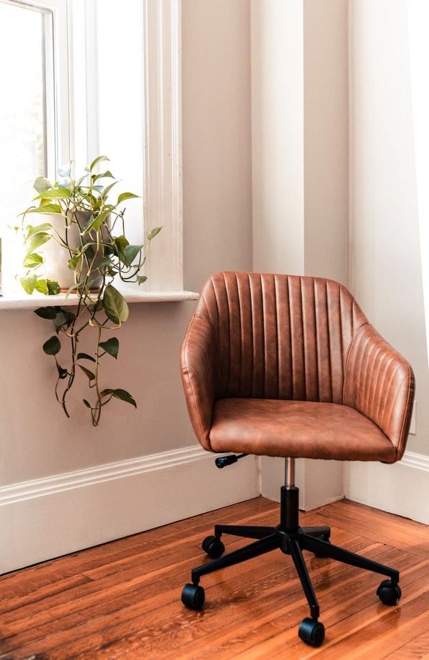 바르게 앉기 위해 의자는 양쪽 발이 땅에 모두 닿을 수 있도록 높이를 조절해서 사용해야 합니다.