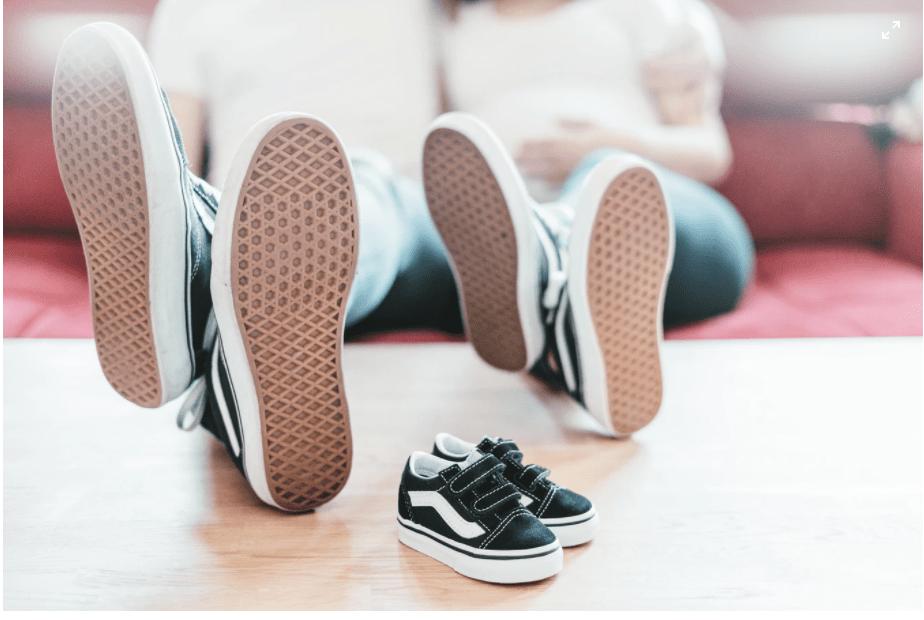 발 사이즈를 잴 때는 아이를 눕힌 상태가 아니라 서 있는 상태에서 실측 하는 것이 좋습니다.