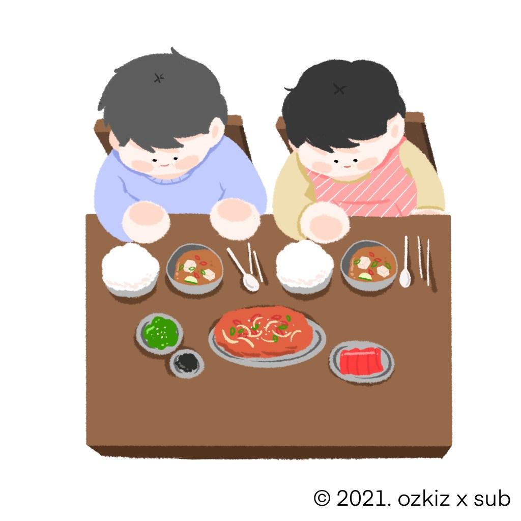 식탁에 앉아 저녁을 먹는 엄마, 아빠