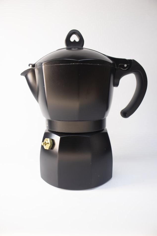 가열된 물에서 발생하는 수증기 압력을 이용해서 추출하며 증기압을 이용하기에 쉽고 간단하게 에스프레소 커피 맛이 납니다.