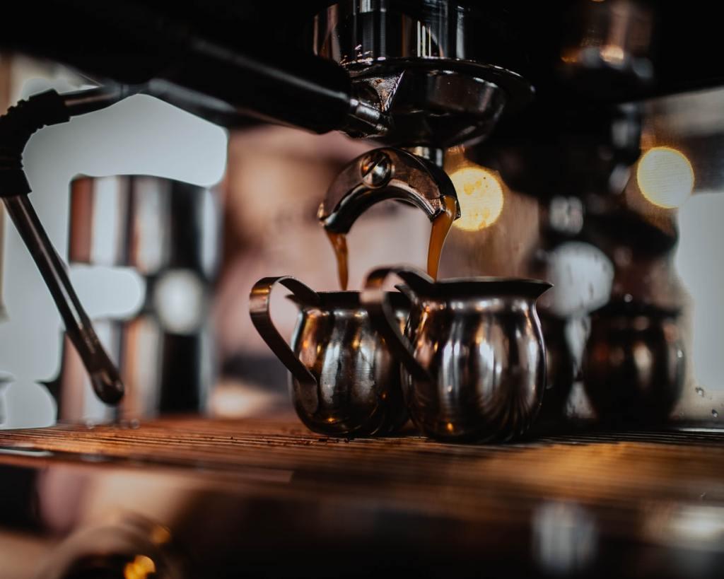 카페에서 흔히 볼 수 있는 머신인 에스프레소 머신은 보일러의 압력, 모터를 이용해 빠른 시간 안에 추출 가능합니다.