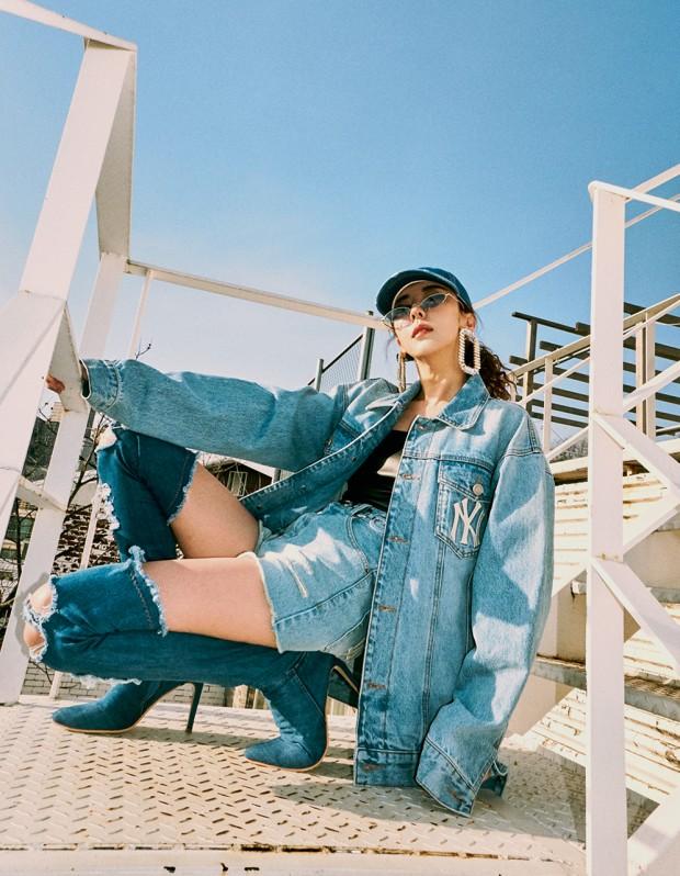 가수 김완선이 MLB 브랜드의 청자켓과 청반바지를 입고 찍은 화보의 모습이다.