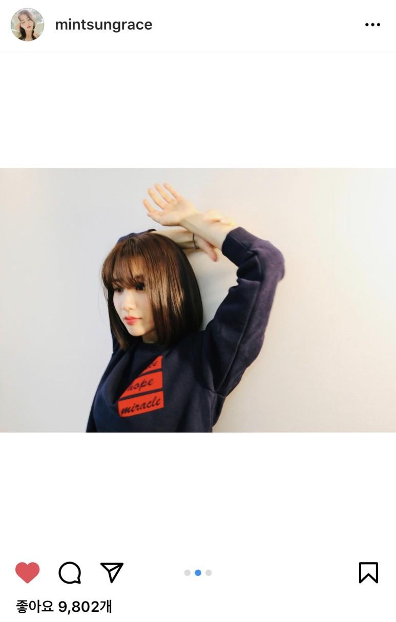 배우 박하선이 위드아이스의 오버핏 맨투맨을 착용한 모습이다.