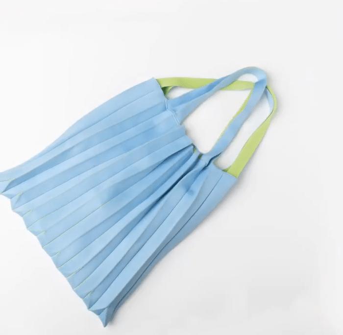 플리츠 마마의 페트병을 활용한 가방의 모습이다.