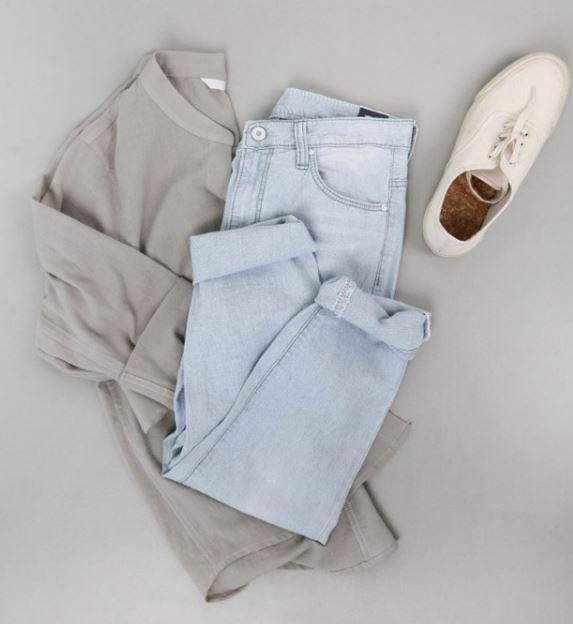 오피스룩 기본템 청바지와 깔끔한티셔츠 스니커즈 코디룩