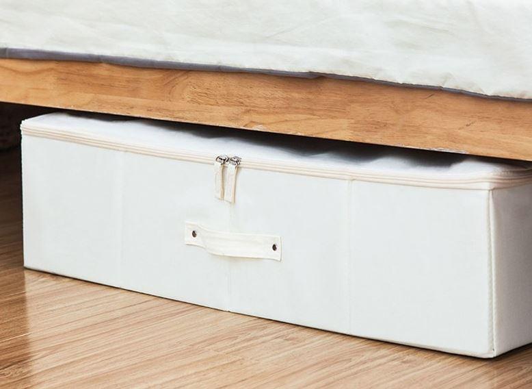 수납공간이 없을 경우 침대 밑 틈새공간을 활용해보자. 침대 아래 전용 수납함으로 쉽게 정리할 수 있다