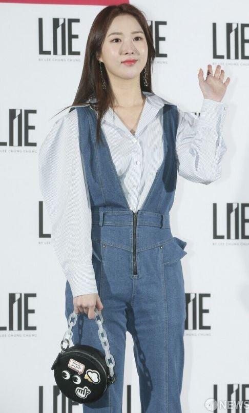 셔츠 코디 여자 패션 기본템 배우 조승희 처럼 데님 점프수트안에 블루톤의 셔츠를 매치해보자