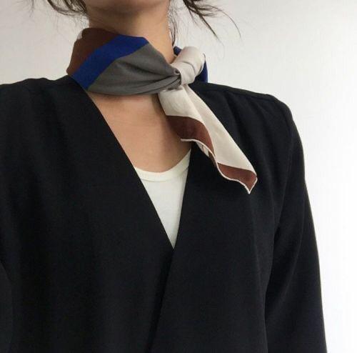 결혼식하객룩으로 검은 정장을 입을 때에는 밝은 아이템으로 포인트를 주는게 좋다.