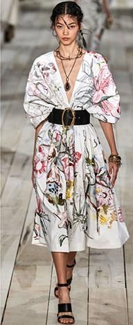 Alexander McQueen 패션쇼에서 아트 플라워 패턴을 선보였다.