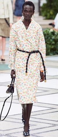 Tory Burch 패션쇼에서 페전트 플라워 패턴을 선보였다.