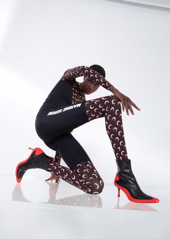 지미추 마린세르의 컬렉션 슈즈를 착용한 모델컷이다