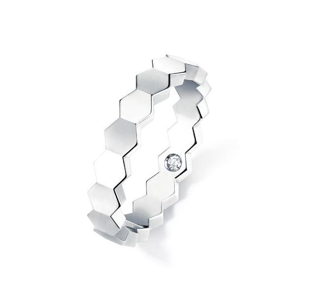 Chaumet 1개의 브릴리언트 컷 시크릿 다이아몬드를 세팅한 비 마이 러브 링.