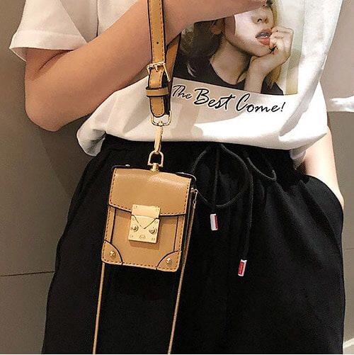 상체비만 코디 팁 / 미니사이즈의 가방은 몸집을 더 커보이게해서 피야한다.