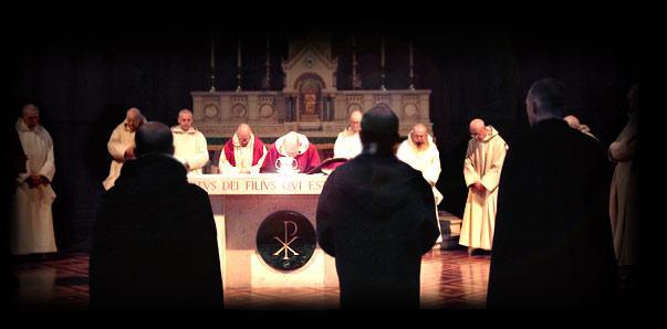 Kartuziánšti mniši při liturgii (zdroj www.parkminster.org.uk)