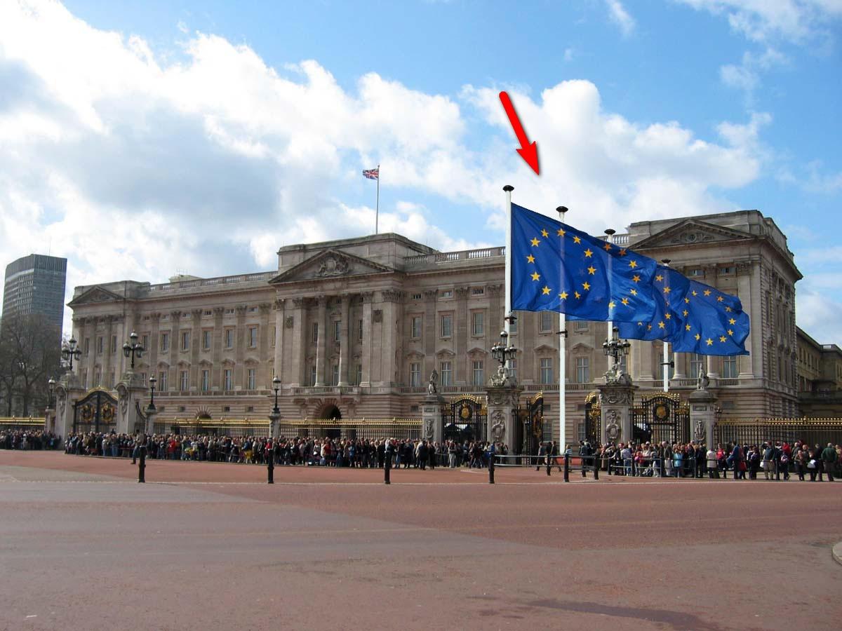 Opět Buckinghamský palác - šipka upozorňuje na vlajky EU, takže už je neni tak snadné přehlédnout. (Reputaci britské královny napravil Ladislav Nosek.)